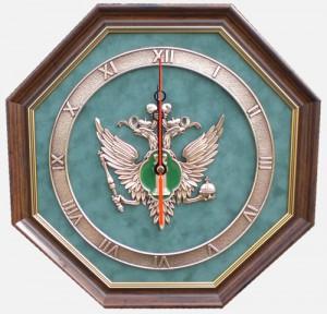 Настенные часы с эмблемой Министерства Юстиции