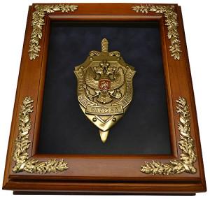 Деревянная ключница с эмблемой ФСБ