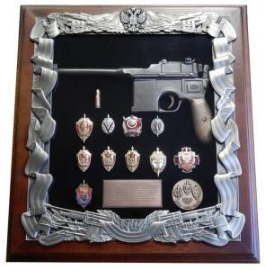 Деревянная ключница с пистолетом Маузер и знаками ФСБ