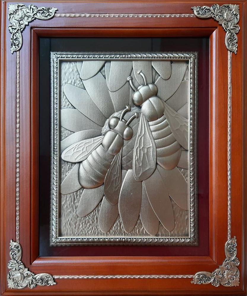 """Панно из металла в деревянной раме """"Пчёлы"""""""
